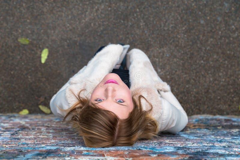 Opinião superior uma menina bonita que levanta em um contexto urbano fotografia de stock royalty free