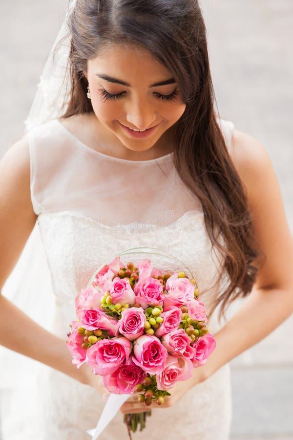 Opinião superior uma noiva com flores foto de stock