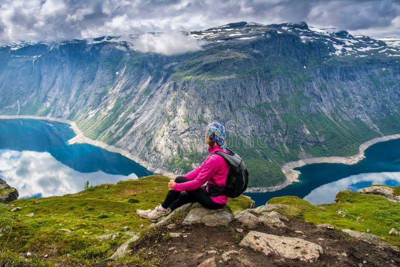 Opinião surpreendente da natureza na maneira a Trolltunga Lugar: Scandina fotografia de stock royalty free