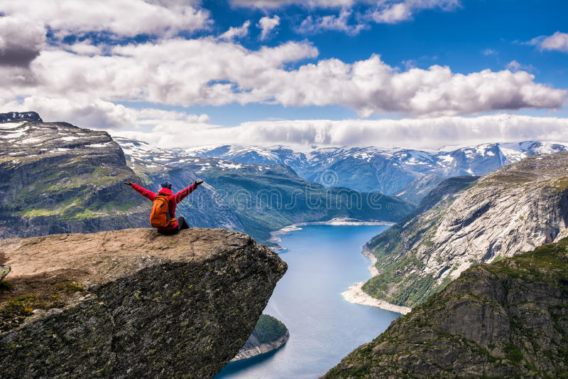 Opinião surpreendente da natureza na maneira a Trolltunga Lugar: Scandina foto de stock royalty free