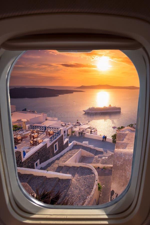 Opinião surpreendente da noite de Fira, caldera, vulcão de Santorini, Grécia com os navios de cruzeiros no por do sol fotos de stock royalty free