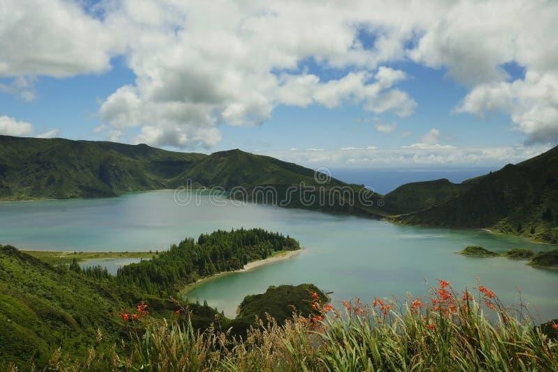 Opinião surpreendente da paisagem do lago do vulcão da cratera no isla de Miguel do Sao fotografia de stock