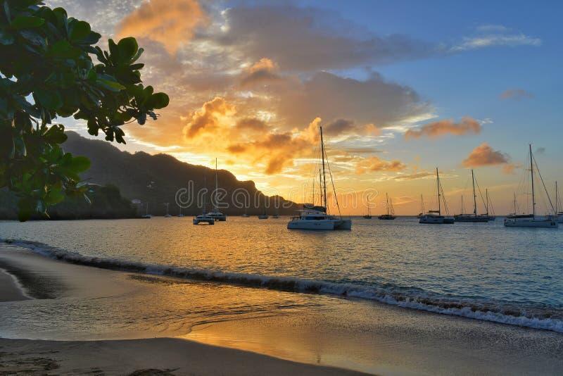 Opinião surpreendente do por do sol Barco de navigação na ilha de Bequia em São Vicente e Granadinas fotos de stock royalty free