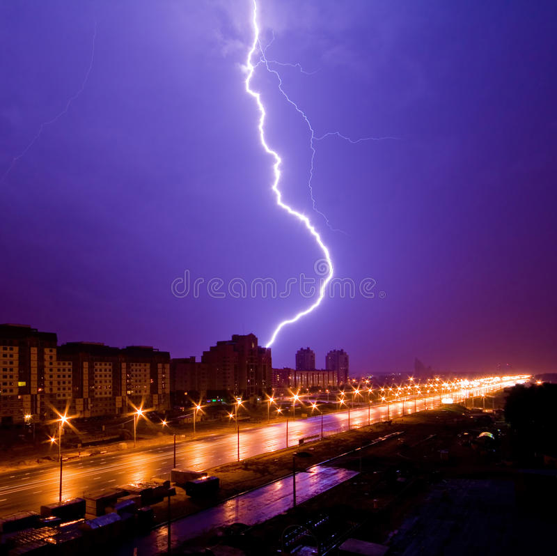 Opinião surpreendente do relâmpago acima da cidade da noite fotografia de stock
