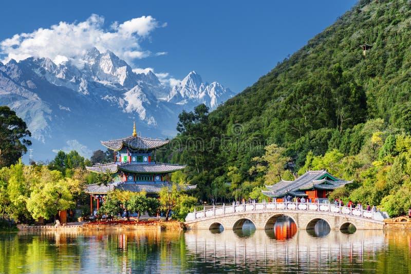 Opinião surpreendente Jade Dragon Snow Mountain, Lijiang, China imagem de stock royalty free