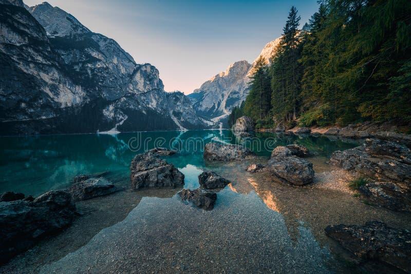 Opinião surpreendente Lago di Braies fotografia de stock royalty free