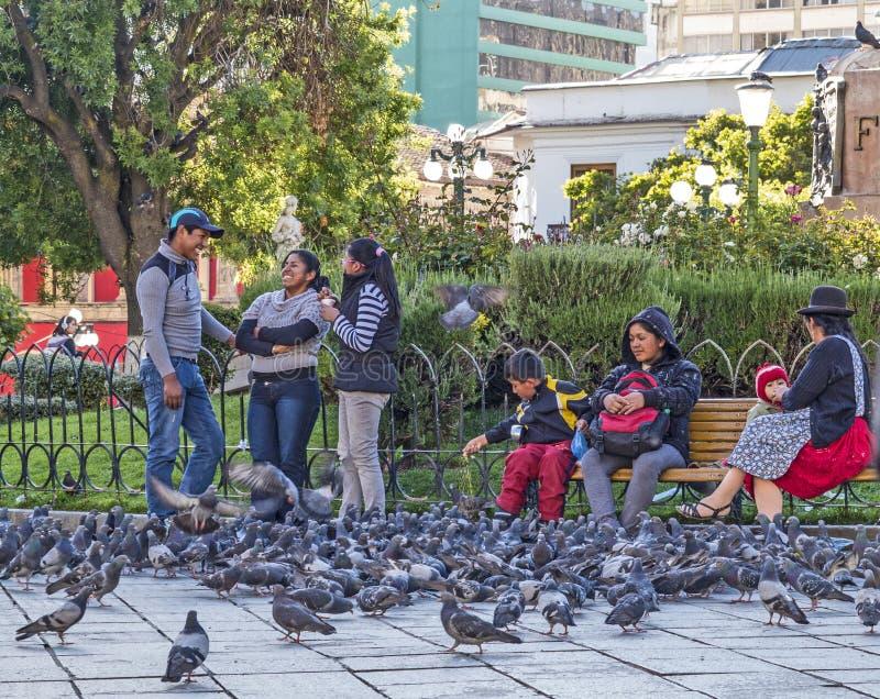 Opinião típica da rua da cidade velha com povos e ônibus foto de stock royalty free