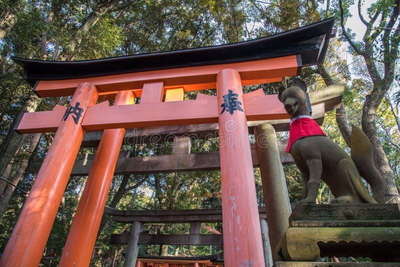 Opinião Tori Gate vermelha em Fushimi imagens de stock