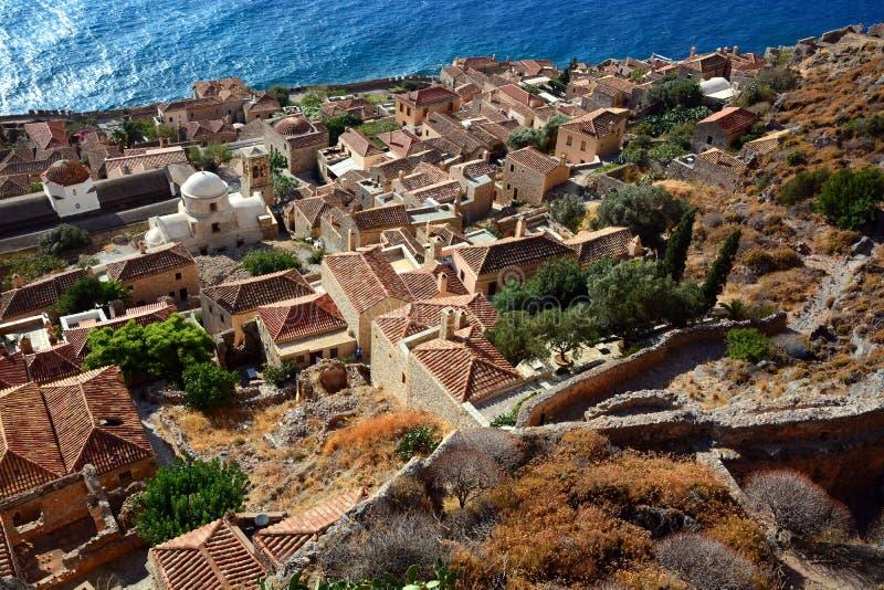 Opinião tradicional do monemvasia de Grécia das casas de pedra com fundo do mar imagem de stock