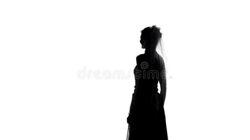 Opinião traseira da silhueta elegante da noiva, cerimônia de espera, felicidade da união imagens de stock