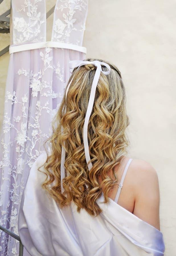 Opinião traseira do penteado nupcial - cabelo do casamento - noiva bonita com borla branca imagens de stock royalty free