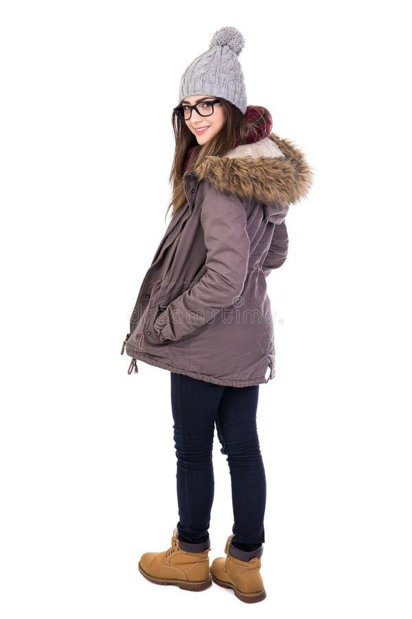 Opinião traseira a jovem mulher na roupa do inverno isolada no branco foto de stock