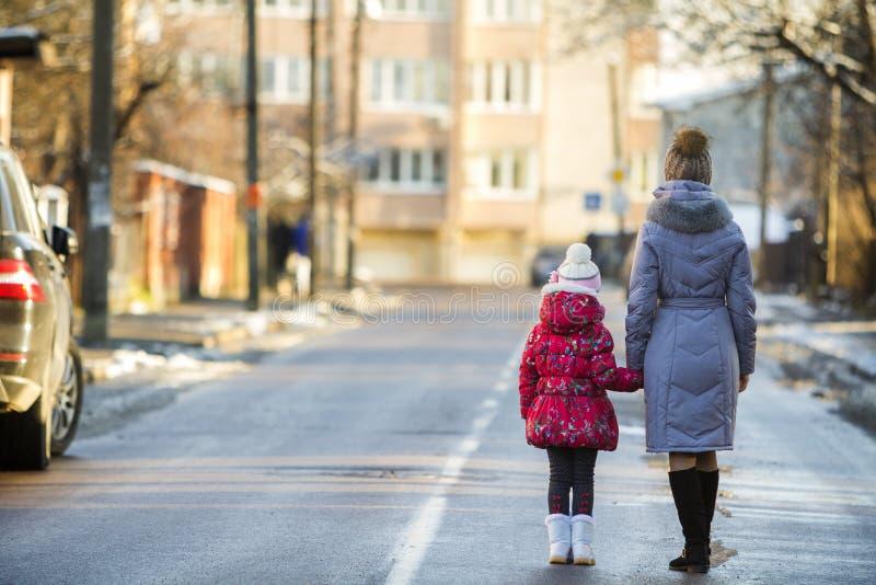 Opinião traseira a mãe atrativa magro nova da mulher e a criança pequena imagem de stock royalty free