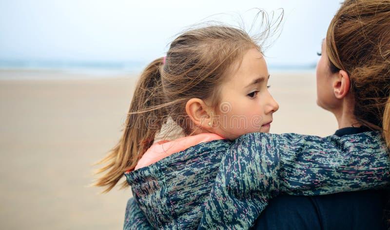 Opinião traseira a mãe e a filha que olham o mar fotos de stock