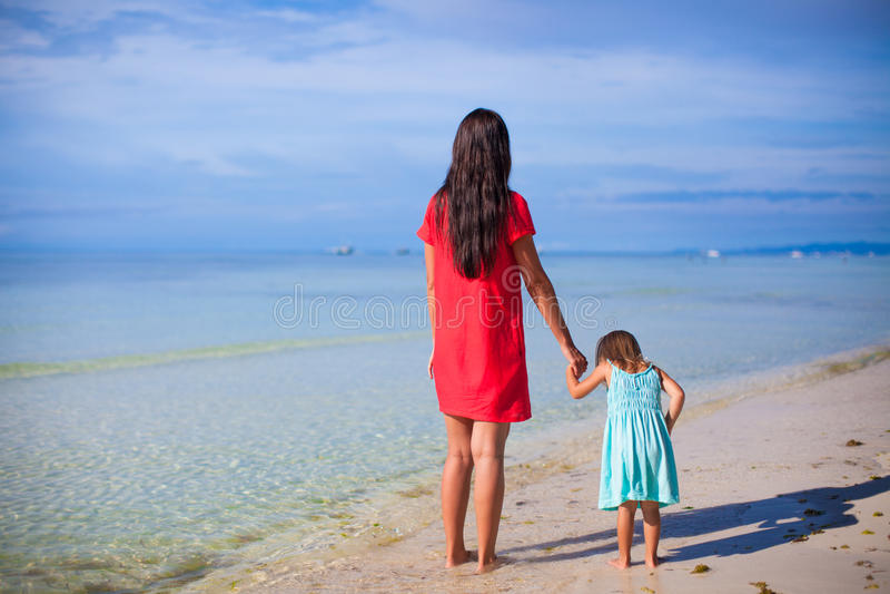 Opinião traseira a mãe e sua filha pequena foto de stock royalty free