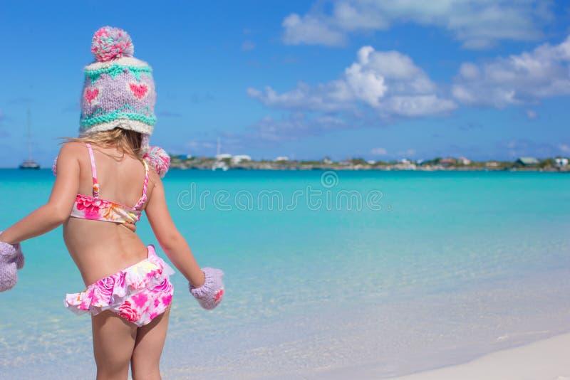 Opinião traseira a menina adorável pequena que aprecia imagem de stock royalty free