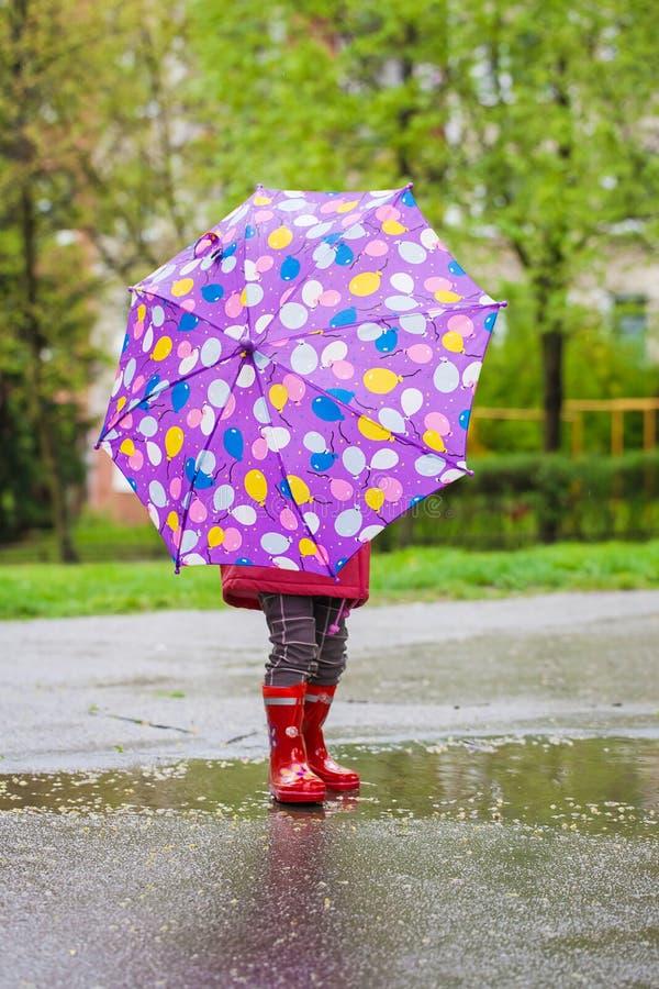 Opinião traseira a menina da criança com guarda-chuva fotografia de stock