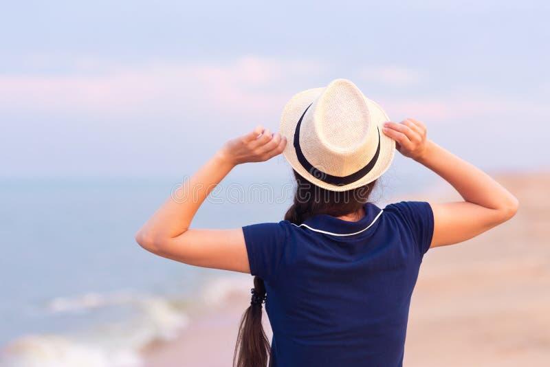 Opinião traseira a menina na praia do mar fotos de stock royalty free