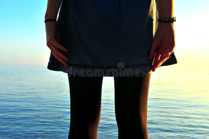 Opinião traseira a menina que está no oceano imagens de stock