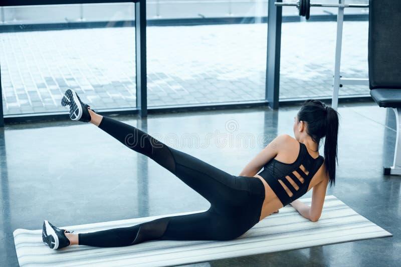 opinião traseira a mulher atlética nova imagem de stock
