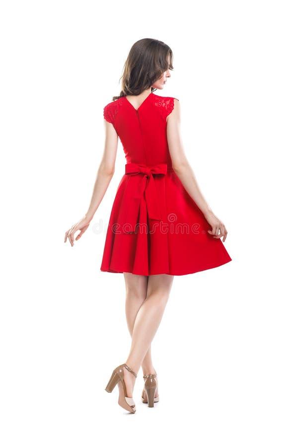 Opinião traseira a mulher bonita nova no vestido vermelho foto de stock royalty free