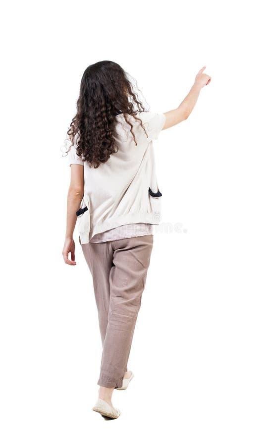 Opinião traseira a mulher encaracolado de passeio fotografia de stock royalty free