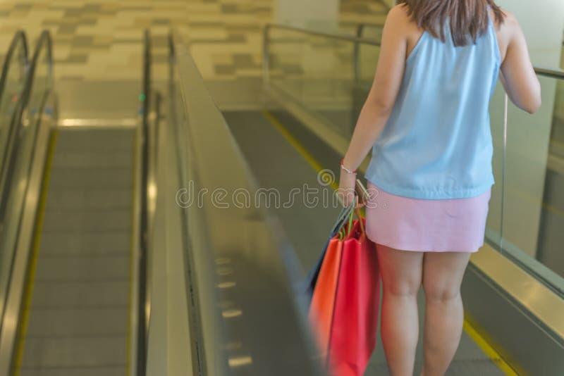 Opinião traseira a mulher para ir comprar fotografia de stock royalty free