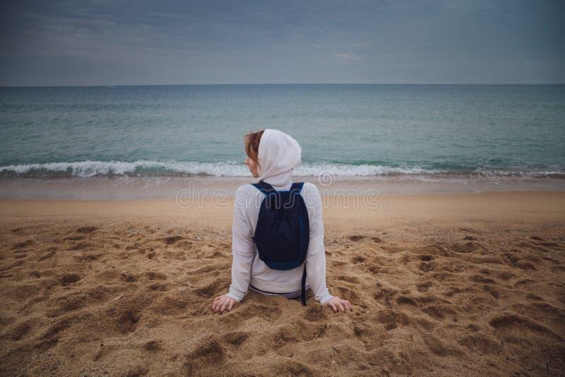 Opinião traseira a mulher só nova que relaxa na praia em Barcelona, fotografia de stock royalty free