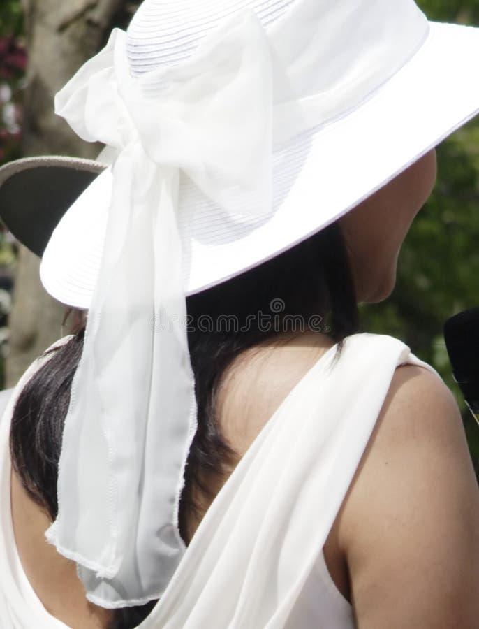 Opinião traseira a noiva que desgasta um chapéu branco fotografia de stock