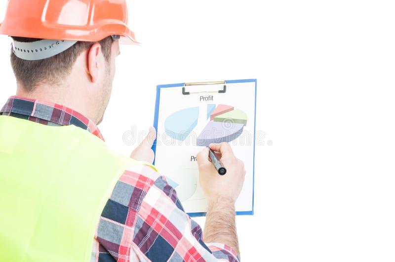 Opinião traseira o construtor masculino com diagramas fotos de stock royalty free