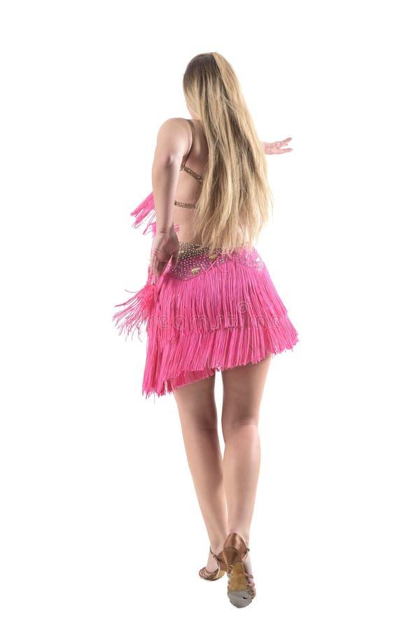Opinião traseira o dançarino fêmea gracioso elegante do latino no vestido cor-de-rosa foto de stock royalty free