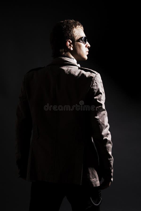 Opinião traseira o DJ nos óculos de sol fotos de stock