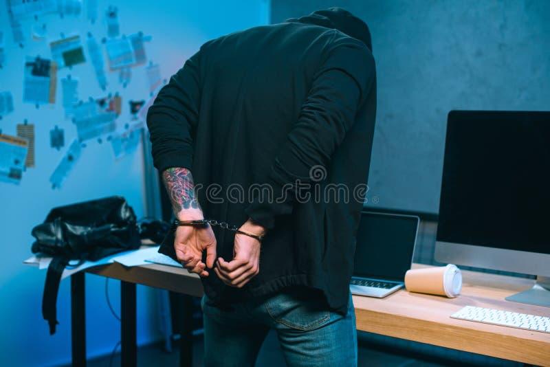 opinião traseira o hacker algemado na frente do seu foto de stock