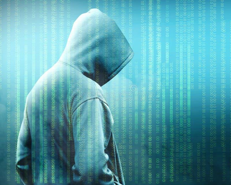 Opinião traseira o hacker na posição preta do hoodie com código binário foto de stock royalty free