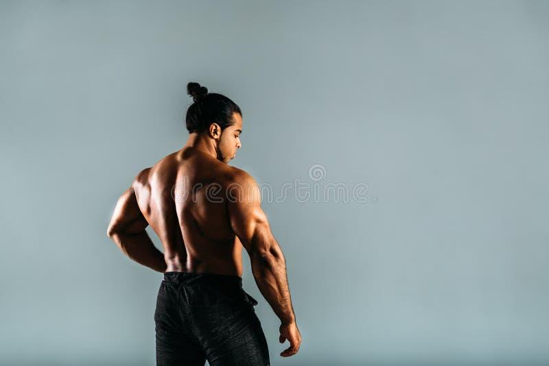 Opinião traseira o halterofilista masculino novo imagens de stock royalty free