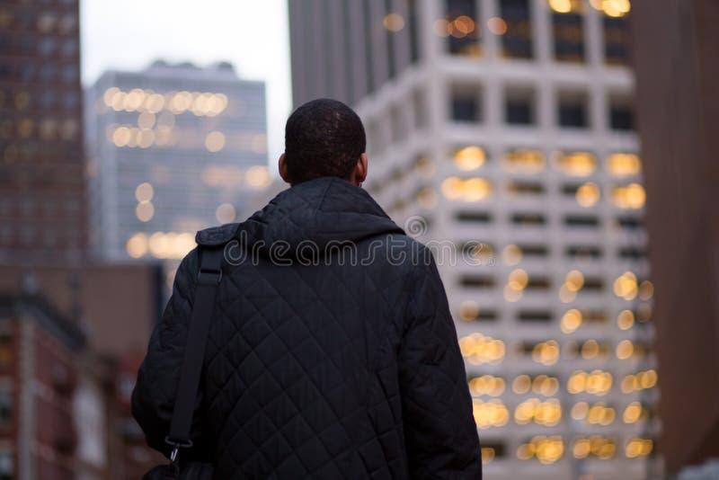 Opinião traseira o homem afro-americano que vai trabalhar cedo na vitória fotografia de stock royalty free