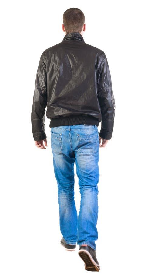 Opinião traseira o homem considerável de passeio no revestimento. fotografia de stock