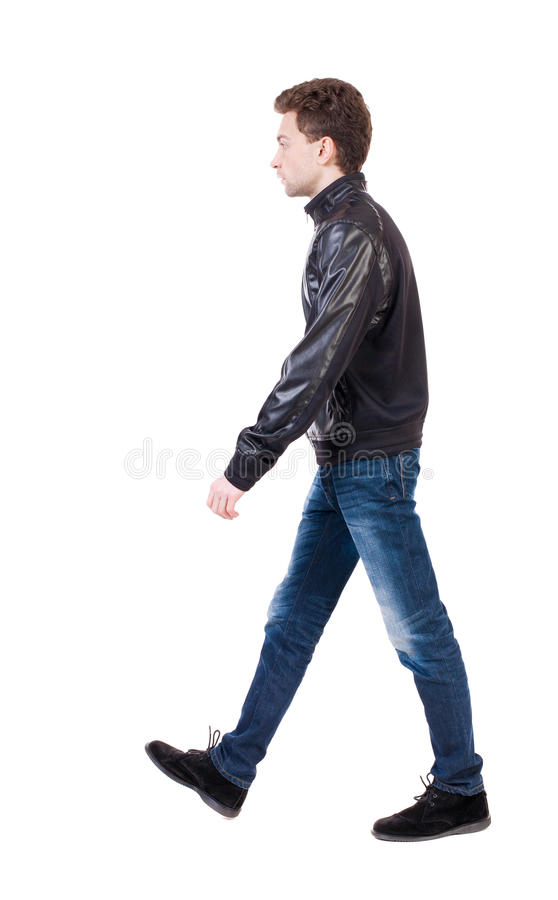 Opinião traseira o homem considerável indo no revestimento indivíduo novo de passeio foto de stock