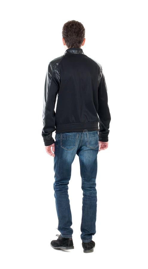 Opinião traseira o homem considerável no revestimento do inverno que olha acima imagens de stock