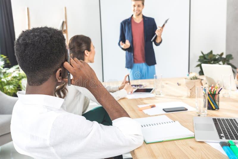 opinião traseira o homem de negócios afro-americano fotos de stock