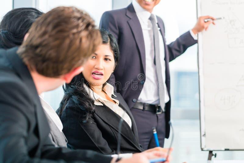 Opinião traseira o homem de negócios que tem a reunião imagem de stock royalty free