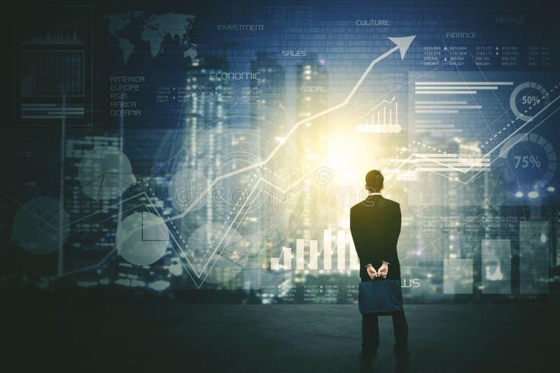 Opinião traseira o homem de negócios que usa uma tela futurista da relação de HUD imagens de stock royalty free