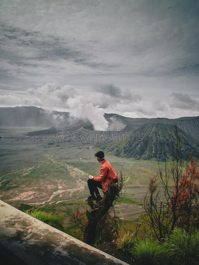 Opinião traseira o homem que olha montanhas contra o céu durante o por do sol fotos de stock royalty free
