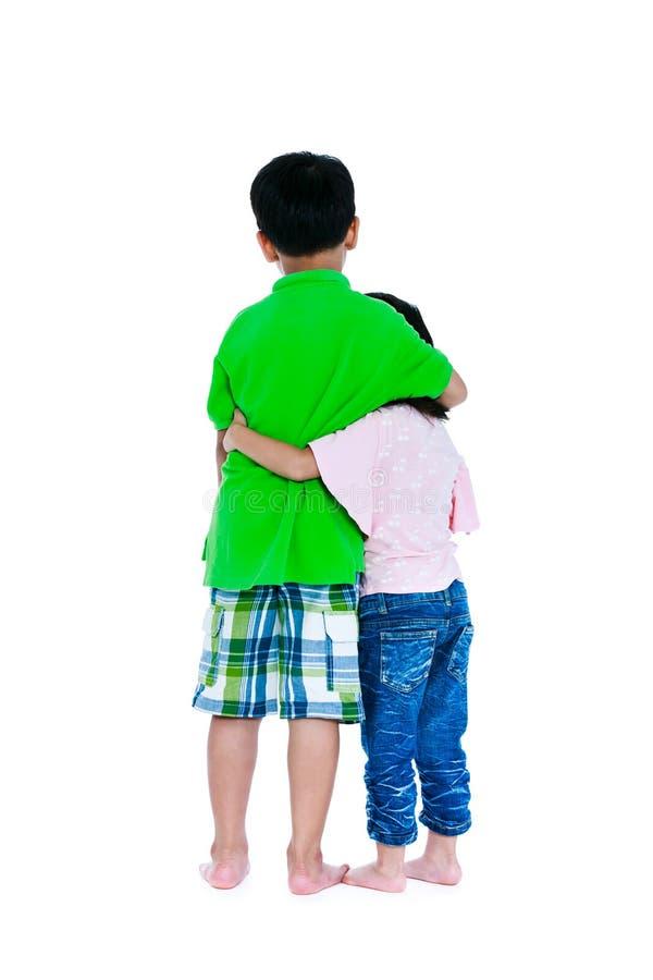 A opinião traseira o irmão asiático enrolou um braço do ` s o shoulde do ` s da irmã fotografia de stock royalty free