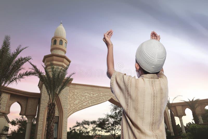 Opinião traseira o menino muçulmano asiático no vestido tradicional imagem de stock