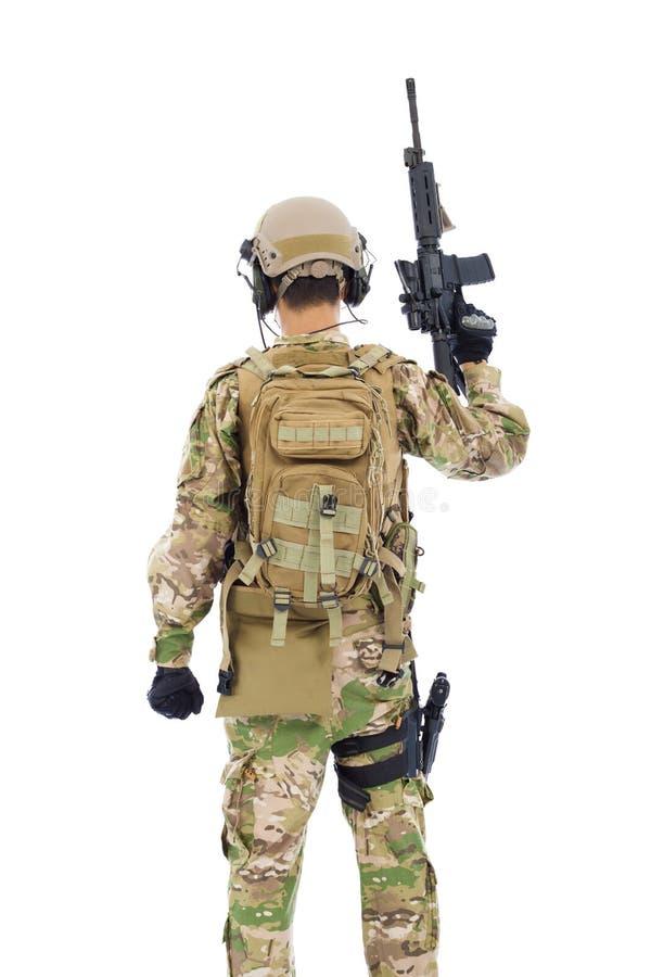 Opinião traseira o soldado com rifle ou atirador furtivo foto de stock