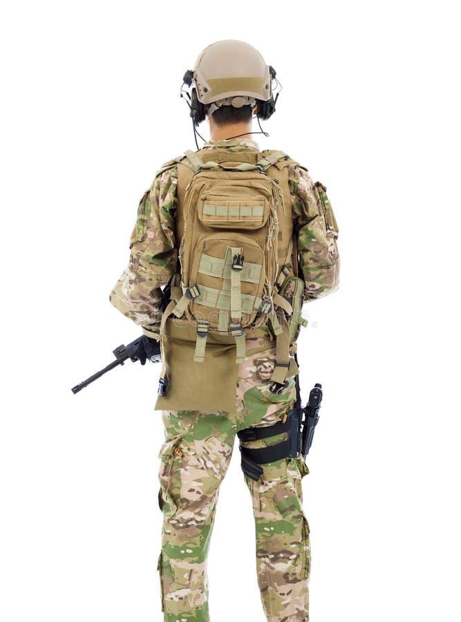 Opinião traseira o soldado com rifle ou atirador furtivo fotos de stock