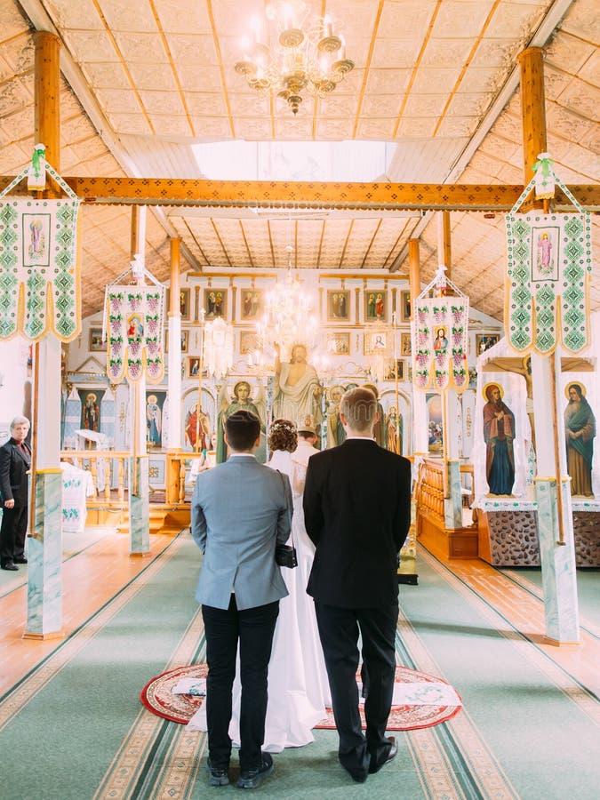 A opinião traseira os recém-casados durante a cerimônia de casamento fotografia de stock royalty free