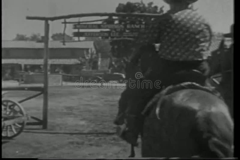 Opinião traseira os vaqueiros a cavalo que montam no rancho filme