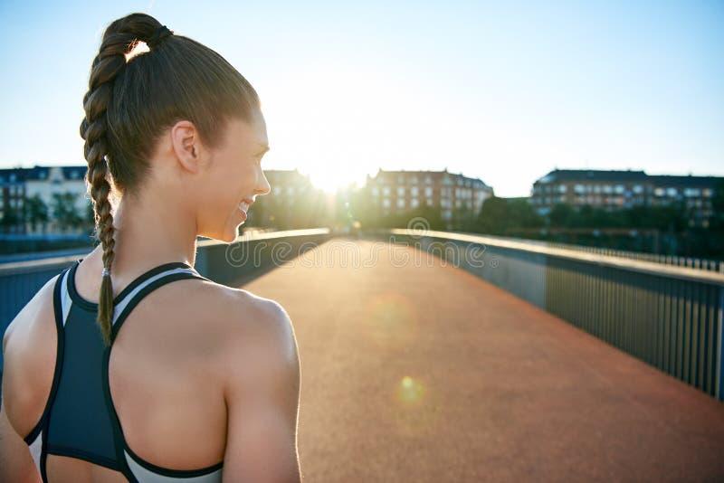 Opinião traseira próxima o atleta que olha abaixo da ponte imagens de stock